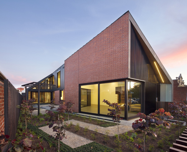 The decieving look of the red brick house in victoria for Red brick home designs