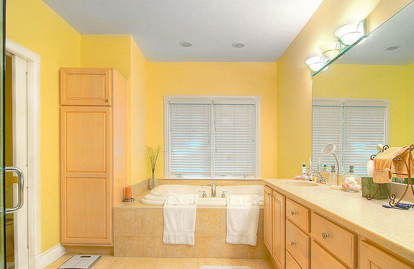 15 charming yellow bathroom design ideas home design lover for Bathroom ideas yellow tile