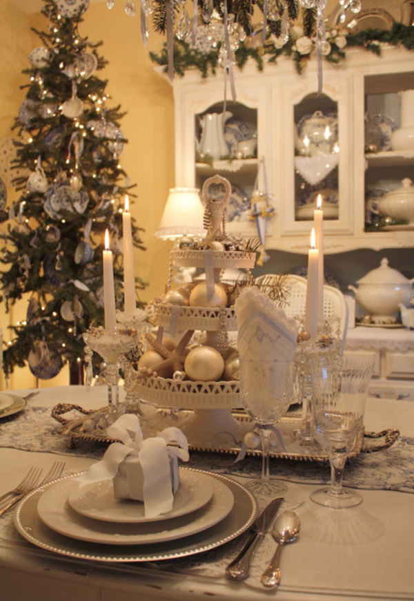 20 christmas table setting design ideas home design lover for Christmas decorations for the dinner table