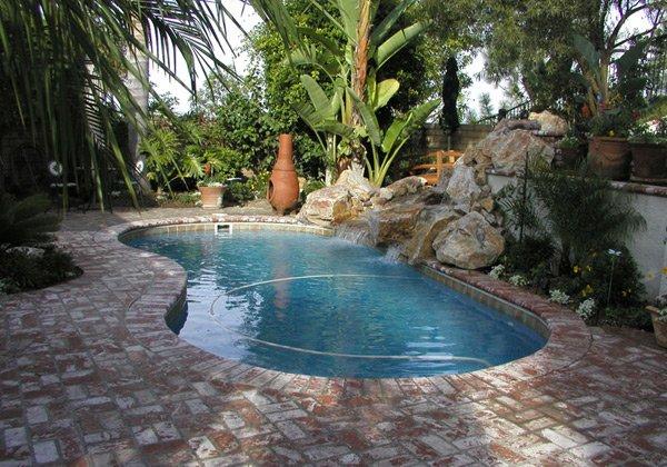 20 exquisite kidney shaped pool designs home design lover for Pool design sunshine coast