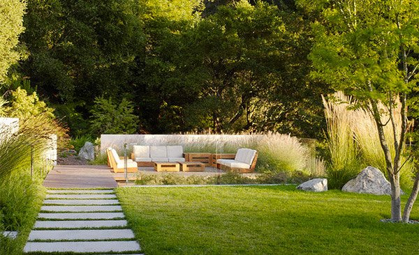 15 modern gardens to extend your modern home 39 s look home for Simple modern garden