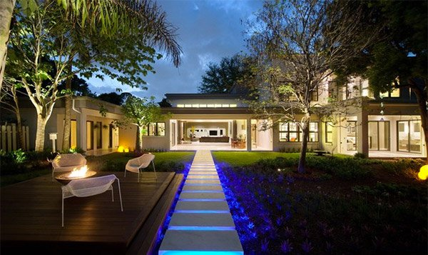 15 dramatic landscape lighting ideas home design lover for Exterior home lighting design
