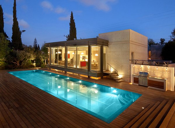 15 lovely swimming pool house designs home design lover for Simple houses design with swimming pool