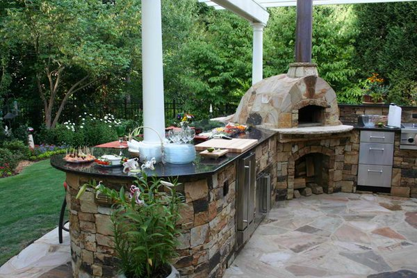 15 ideas for highly functional traditional outdoor kitchens home design lover - Outdoor kitchen designs with pizza oven ...