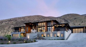 Wide-Ranging Views in the Badger Mountain House in Washington, USA