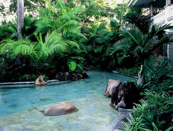 Tropical landscape designs that brings coolness to your for Garden near pool