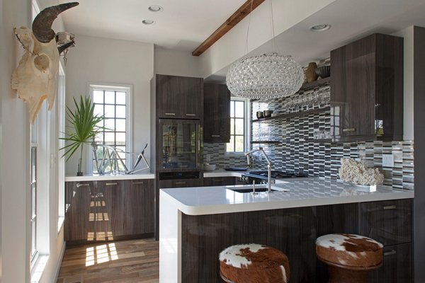 24 beautiful western kitchen decor home design lover for Carriage house kitchen cabinets