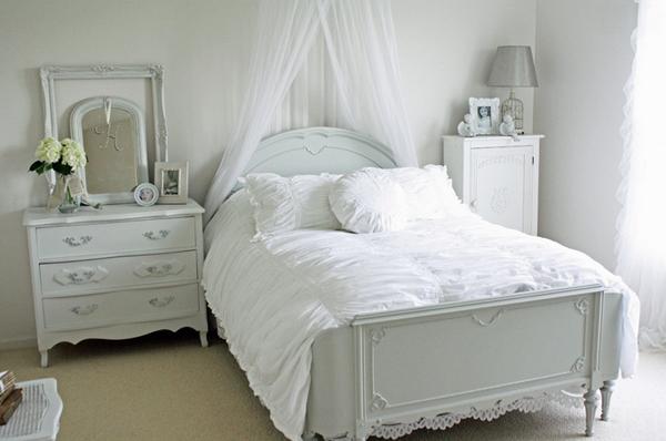 Những mẫu giường ngủ cho bé đẹp được thiết kế với rèm trắng