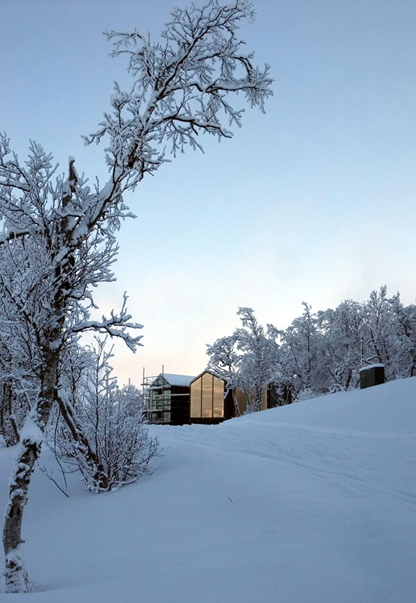 Contemporary split view mountain lodge in norway