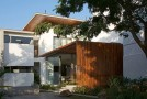 Elegant Natural Look of the In and Out Living Home in India