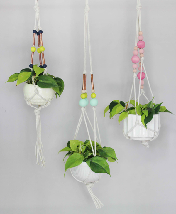 24 pretty ceramic hanging planters home design lover for Colorful hanging planters