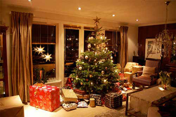 15 christmas decorated living rooms home design lover for Xmas room design