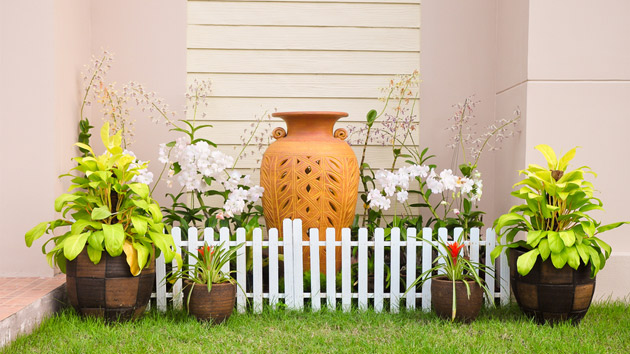 Tips in landscaping a small garden home design lover for Small garden design ideas with lawn