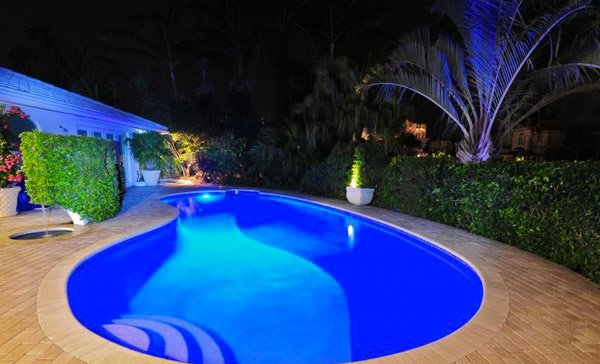 15 enchanting swimming pool lights home design lover for Aqua pool piscinas