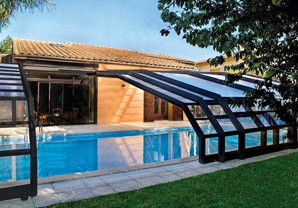 15 stylish pool enclosure for year round pool usage home for Abri piscine desjoyaux