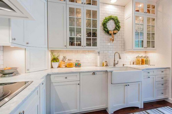 pictures of white kitchen cabinets with glass doors 15 traditional and white farmhouse kitchen designs home 24722