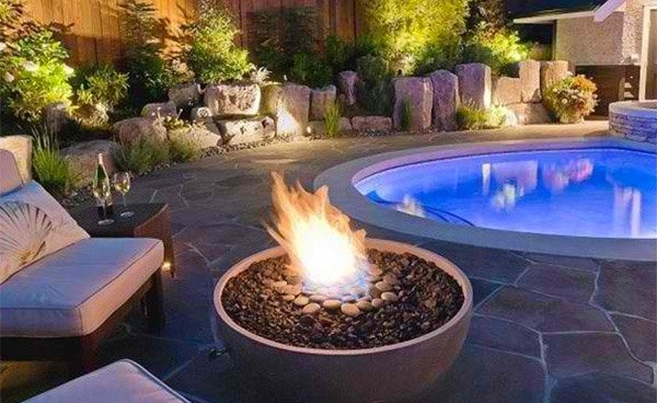15 dramatic modern pool areas with fire pits home design lover. Black Bedroom Furniture Sets. Home Design Ideas