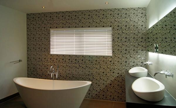 circle mosaic tiles bathroom