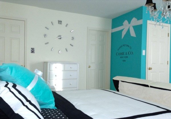 Pretty combo of turquoise and black in 15 bedroom for Blue and green girls bedroom ideas