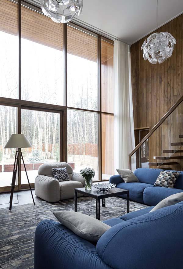 Wohnzimmer mit hoher Decke