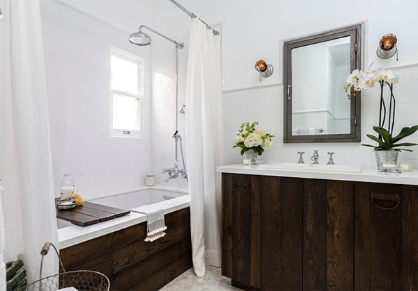 Vintage Old Hollywood Style Retained in the Bath