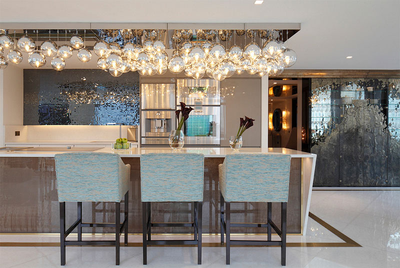 Shiny Glass Pendant Lights Giving Aesthetic Glow In The Kitchen - Pendant lighting over kitchen peninsula