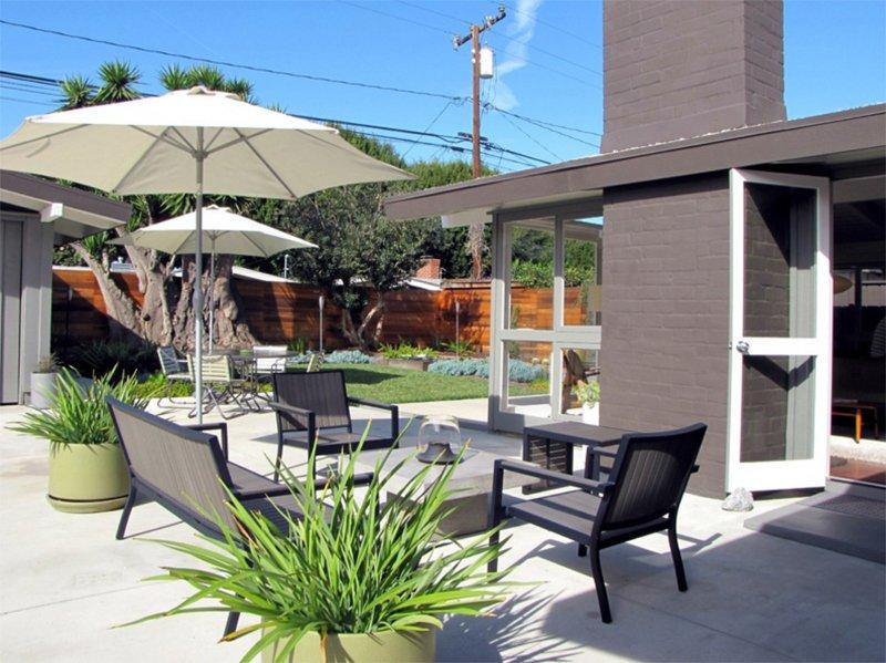 25 relaxing mid century outdoor spaces