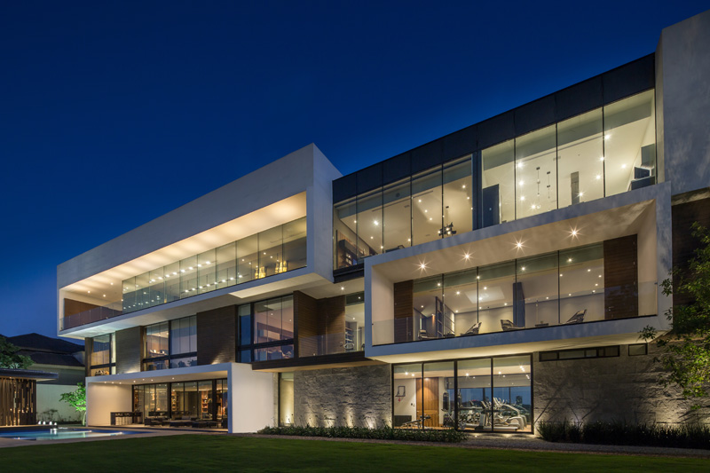 Mt house sleek modern home with views of the city in for Sleek home designs