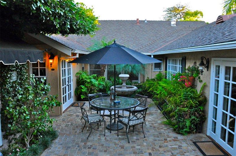 intimate courtyard garden