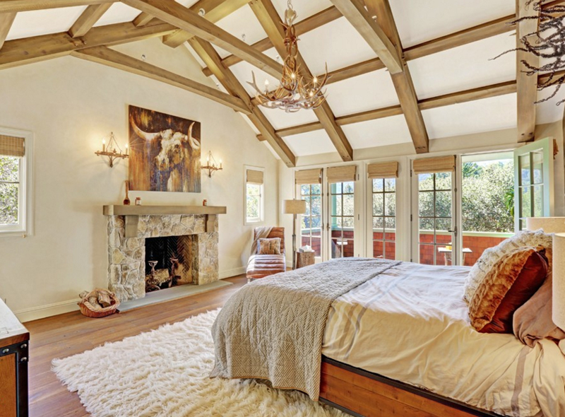 20 Awesome Antler Chandeliers in the Bedroom | Home Design Lover