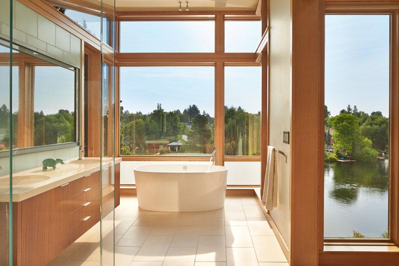 Deschute House bath tub