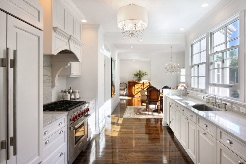 20 stunning kitchens with white chandeliers home design for Elegant residences kitchens